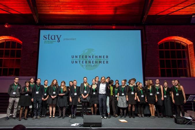 Das Team der Stay Stiftung zusammen mit Entertainer und Moderator des Abends Michael Gaedt, Foto: Harald Voelkl